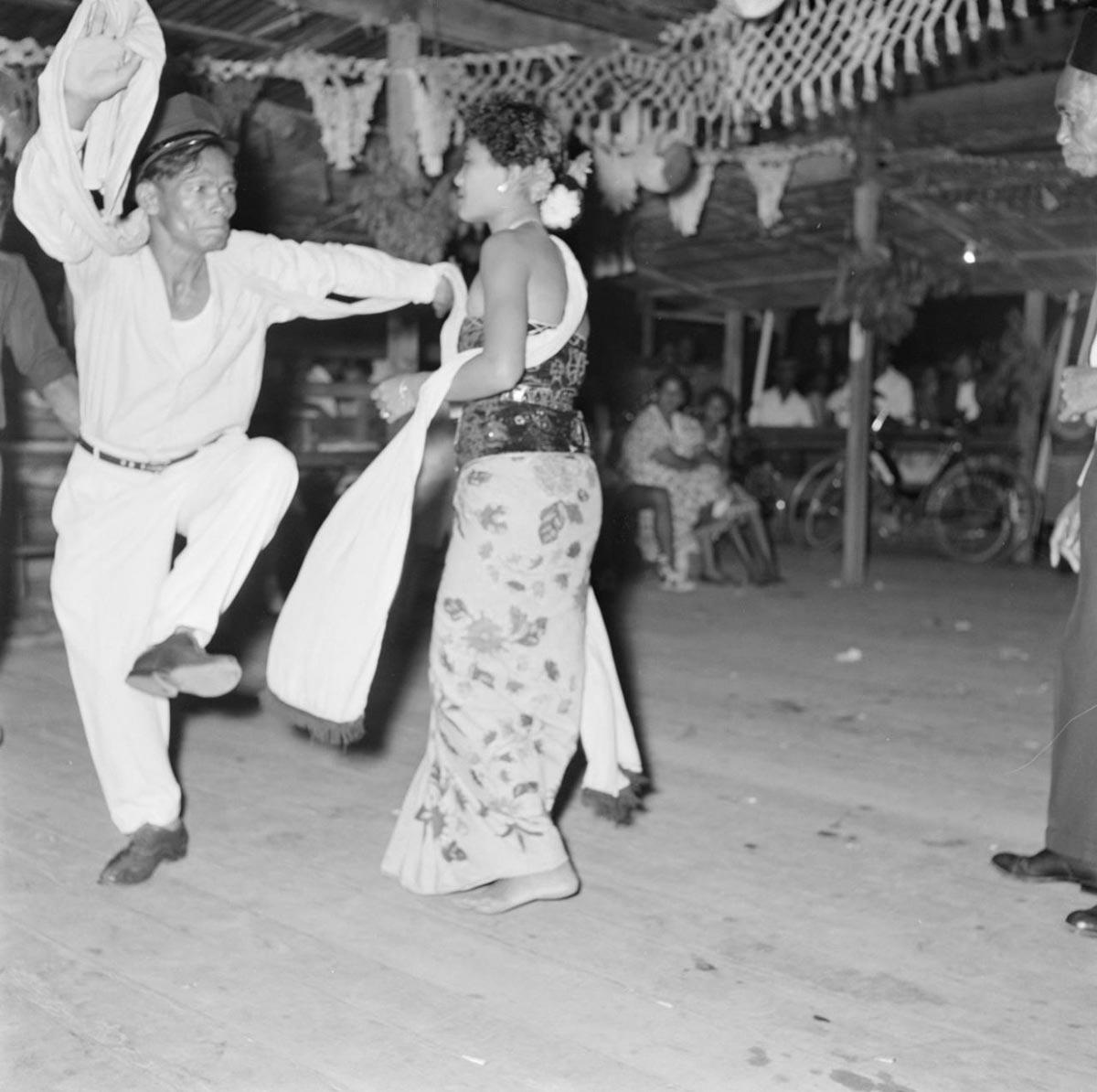 Javaanse danseres op een Javaans feest in Paramaribo